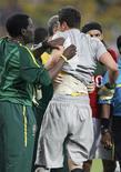 <p>Goleiro da seleção brasileira Julio César recebe atendimento médico durante partida em que o Brasil empatou em 0 x 0 com Portugal no estádio Moses Mabhida, em Durban, na África do Sul, sexta-feira, 25 de junho de 2010. REUTERS/Jose Manuel Ribeiro</p>