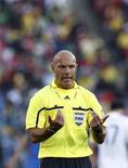 <p>Árbitro inglês Howard Webb gesticula durante partida entre Itália e Eslováquia pelo Grupo F da Copa do Mundo em Johanesburgo, África do Sul, em 24 de junho de 2010. REUTERS/Alessandro Bianchi</p>