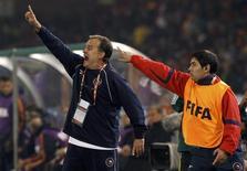<p>O técnico do Chile, Bielsa, gesticula durante partida. Chile tem um dilema antes de enfrentar o Brasil nas oitavas de final da Copa do Mundo da África do Sul: manter seu futebol ofensivo e arriscar-se a tomar uma goleada perante o time pentacampeão do mundo ou se defender em busca de uma oportunidade para mudar a história.25/06/2010.REUTERS/Alessandro Bianchi</p>