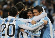 <p>Футболисты сборной Аргентины радуются голу, забитому в ворота мексиканцев, 27 июня 2010 года. Аргентина обыграла команду Мексики в 1/8 финала чемпионата мира в ЮАР со счетом 3-1 и сыграет с Германией в четвертьфинале турнира. REUTERS/Enrique Marcarian</p>