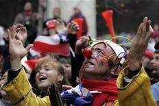 <p>Болельщики сборной Чили следят за матчем против испанской команды, 25 июня 2010 года. Ниже представлено расписание игр 1/8 финала чемпионата мира по футболу в ЮАР, которые пройдут в понедельник 28 июня. REUTERS/Victor Ruiz Caballe</p>
