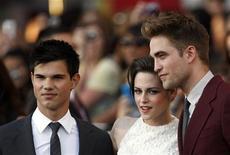 """<p>Taylor Lautner (esq), Kristen Stewart e Robert Pattinson (dir) na pré-estreia de """"A Saga Crepúsculo: Eclipse"""" em Los Angeles. Os verdadeiros heróis do filme são os dois amantes que disputam o afeto de uma adolescente. 24/06/2010 REUTERS/Mario Anzuoni</p>"""