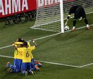<p>Футболисты сборной Бразилии радуются голу, забитому в ворота команды Чили, 28 июня 2010 года. Сборная Бразилии уверенно обыграла команду Чили в 1/8 финала чемпионата мира по футболу в ЮАР со счетом 3-0 и в следующем раунде встретится с командой Нидерландов. REUTERS/Kim Kyung-Hoon</p>