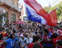 <p>Болельщики сборной Парагвая после матча против команды из Новой Зеландии, 24 июня 2010 года. Парагвай сыграет с Японией в 1/8 финала чемпионата мира по футболу во вторник. REUTERS/Stringer</p>