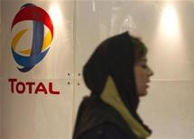 <p>Женщина проходит мимо логотипа компании Total в Тегеране, 22 апреля 2010 года. Две западные нефтяные компании приостановили деятельность в Иране под угрозой санкций со стороны США. REUTERS/Raheb Homavand</p>