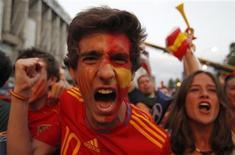 <p>Болельщики испанской сборной радуются голу Давида Вильи во время трансляции матча против команды Португалии в 1/8 финала чемпионата мира по футболу, Мадрид 29 июня 2010 года. Гол Давида Вильи вывел во вторник сборную Испании в 1/4 финала чемпионата мира по футболу, обеспечив минимальное преимущество над командой Португалии. REUTERS/Andrea Comas</p>