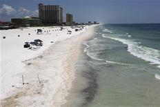 <p>Частицы нефти, разлившейся в водах Мексиканского залива, видны на песке на пляже во Флориде, 24 июня 2010 года. Индустрия туризма в регионе Мексиканского залива может серьезно пострадать из-за неправильной оценки последствий самой большой утечки нефти в истории США, сообщили представители турфирм. REUTERS/Lyle W. Ratliff</p>