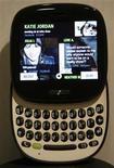 <p>Foto de archivo de la presentación del teléfono móvil de Microsoft Kin One en San Francisco, EEUU, abr 12 2010. Microsoft Corp dejará de producir una nueva generación de teléfonos inteligentes, a menos de tres meses de que la empresa lanzó los dispositivos en un intento de alcanzar a Apple y Google en el mercado de los móviles. REUTERS/Robert Galbraith</p>