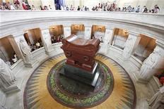 <p>Foto de archivo de un grupo de turistas en la tumba del emperador Napoleón Bonaparte en París, jul 13 2009. Un mechón de cabello que le fue cortado a Napoleón Bonaparte tras su muerte alcanzó los 13.000 dólares en una subasta realizada en Nueva Zelandia. REUTERS/Lucas Jackson</p>