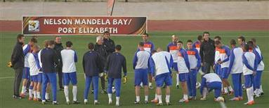 <p>Seleção holandesa treina em Port Elizabeth antes de partida contra o Brasil pelas quartas de final na Copa. REUTERS/Michael Kooren</p>