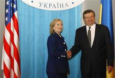 <p>Госсекретарь США Хиллари Клинтон (слева) на встрече с министром иностранных дел Константином Грищенко в Киеве 2 июля 2010 года. США по-прежнему зовут Украину в НАТО, приветствуют планы Киева провести экономические реформы и надеются, что в скором времени новым властям страны удастся договорится с Международным Валютным Фондом о возобновлении кредитования, заявила в пятницу государственный секретарь США Хиллари Клинтон. REUTERS/Konstantin Chernichkin</p>