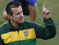 <p>Dunga durante sessão de treino da seleção no dia 24 de junho em Durban. A aprovação do trabalho realizado pelo técnico Dunga disparou em relação ao levantamento feito dias após a convocação para a Copa do Mundo, segundo pesquisa do Datafolha publicada nesta sexta-feira. 24/06/2010 REUTERS/Paul Hanna</p>