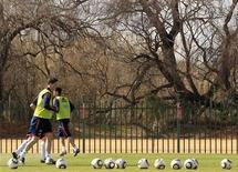 <p>Тренировка сборной Испании в ЮАР 2 июля 2010 года. Парагвай сыграет против Испании в матче 1/4 финала чемпионата мира в субботу. REUTERS/Marcelo del Pozo</p>
