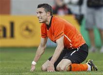 <p>Holandês Robin van Persie, que foi submetido a exame por lesão no braço, depois de perder oportunidade de marcar durante partida contra a Eslováquia no estádio Moses Mabhida em Durban. 28/6/2010. REUTERS/Yves Herman</p>