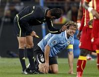 <p>Diego Lugano reage à falta durante jogo contra Gana: lesão pode tirar uruguaio de duelo contra a Holanda pela Copa. REUTERS/Henry Romero</p>
