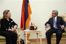 <p>Госсекретарь США Хиллари Клинтон (слева) во время встречи с президентом Армении Сержем Сарксяном в Ереване 4 июля 2010 года. Госсекретарь США Хиллари Клинтон выразила озабоченность в связи с принятием в Армении закона, который может ограничить плюрализм на радио и телевидении. REUTERS/PanARMENIAN Photo/Handout</p>