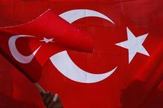 <p>Палестинский ребенок держит флаг Турции во время антиизраильских демонстраций в Восточном Иерусалиме 4 июня 2010 года. Турция разорвет дипломатические отношения с Израилем, если Тель-Авив не извинится за нападение на гуманитарную флотилию, приведшее к гибели турецких граждан, заявил министр иностранных дел Турции Ахмет Давутоглу. REUTERS/Baz Ratner</p>