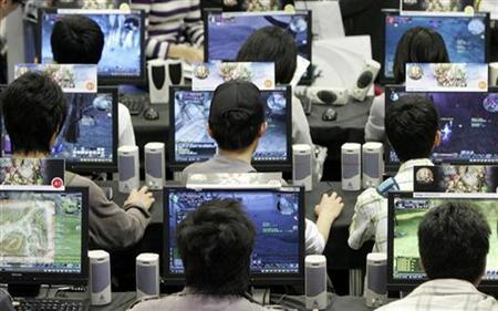 Attendees play computer games during the Taipei Game Show 2009 in Taipei, February 12, 2009. REUTERS/Pichi Chuang