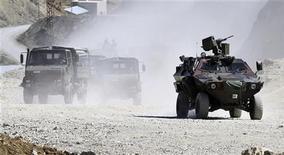 <p>Турецкие военные патрулируют территорию на юго-востоке страны, 19 июня 2010 года. Курдские повстанцы убили троих турецких солдат и ранили трех других в ходе атаки на военный аванпост на юго-востоке Турции сегодня ночью, сообщил ТВ-канал CNN Turk во вторник. REUTERS/Yilmaz Kazandioglu/Anatolian</p>