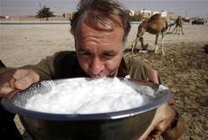 <p>Корреспондент Рейтер Паскаль Флетчер пробует свежее верблюжье молоко в столице Мавритании Нуакшоте 24 марта 2007 года. Помимо привычного коровьего или козьего молока на прилавках европейских продуктовых магазинов вскоре может появиться новинка, идущая прямиком из арабской пустыни, - верблюжье молоко. REUTERS/Finbarr O'Reilly</p>