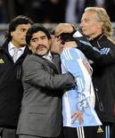 <p>Técnico da seleção argentina, Diego Maradona, abraça Lionel Messi depois da derrota contra a Alemanha nas quartas de Final da Copa do Mundo. Maradona disse nesta segunda-feira que seu período à frente da seleção da Argentina foi concluído. 03/07/2010 REUTERS/Dylan Martinez</p>