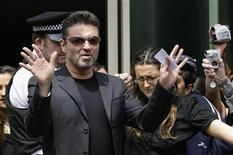<p>Imagen de archivo del cantante británico George Michael, saliendo de tribunales en Londres. Jun 8 2007. El cantante británico George Michael fue arrestado luego de que su automóvil chocó contra un edificio en una calle del norte de Londres el fin de semana, dijo el martes la policía. REUTERS/James Boardman/ARCHIVO</p>