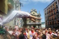 <p>Multidão marca início das festas de San Fermín (São Firmino), em Pamplona, com nove dias de espetáculos com touros, música, bebida e comida. 06/07/2010 REUTERS/Vincent West</p>