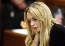 <p>A atriz Lindsay Lohan participa de uma audiência sobre sua liberdade condicional, em Beverly Hills, nos Estados Unidos, nesta terça-feira. Lohan corre o risco de ser mandada à prisão se uma juíza considerar que ela não assistiu a todas as aulas de educação antialcoolismo impostas à atriz após um caso em que foi presa em 2007 por dirigir embrigada. 06/07/2010 REUTERS/David McNew/Pool</p>