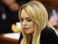 <p>La actriz Lindsay Lohan durante una audiencia en la corte municipal de Beverly Hills, EEUU, jul 6 2010. Lohan violó su libertad condicional aplicada tras manejar ebria en el 2007 y la sentenció a 90 días de cárcel. REUTERS/David McNew/Pool</p>