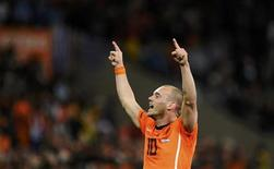 <p>Футболист сборной Нидерландов Уэсли Снейдер радуется победе его команды в матче против Уругвая, 6 июля 2010 года. Сборная Нидерландов в зрелищном поединке обыграла команду Уругвая 3-2 и вышла в финал чемпионата мира по футболу в ЮАР - теперь Мундиаль, проходящий вне Европы, впервые выиграет европейская команда. REUTERS/Dylan Martinez</p>