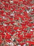 <p>Personas levantan sus pañuelos rojos durante el inicio del Festival San Fermín, en Pamplona. Jul 6 2010. REUTERS/Susana Vera</p>