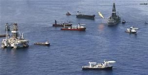 <p>Место разлива нефти в Мексиканском заливе, 4 июля 2010 года. Нефтяная компания BP на неделю опережает график бурения разгрузочной скважины, призванной остановить утечку нефти в Мексиканском заливе, сообщил представитель администрации США, курирующий этот вопрос. REUTERS/Lyle W. Ratliff</p>