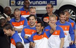 <p>Jogadores da Holanda comemoram no hotel Sandton Hilton em Johanesburgo, onde tinham reservas até o dia 5 de julho. A seleção conseguiu se hospedar no hotel Sunnyside Park depois de não ter reservas durante a final da Copa do Mundo. REUTERS/Thomas Mukoya</p>