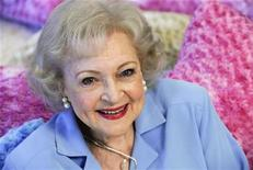"<p>Foto de archivo de la actriz Betty White en Los Angeles, mayo 26 2010. ¿Qué tienen en común la actriz Betty White, el fundador de Facebook, Mark Zuckerberg, Barbra Streisand y el director de ""Avatar"" director James Cameron?. REUTERS/Gus Ruelas</p>"