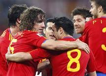 <p>O jogador espanhol Carles Puyol comemora seu gol com Xavi e outros colegas de time na partida contra a Alemanha na semifinal da Copa do Mundo de 2010. Em Durban, 7 de julho de 2010. REUTERS/Jerry Lampen</p>