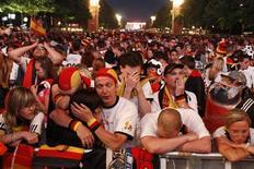 <p>Фанаты сборной Германии во время показа полуфинала чемпионата мира в Берлине 7 июля 2010 года. Германские газеты в четверг оплакивали поражение своей сборной от команды Испании в полуфинале чемпионата мира со счетом 0-1 и задавались вопросом, что же случилось с той яркой командой, которая завоевала сердца всех немцев, так хорошо выступая на турнире. REUTERS/Tobias Schwarz</p>