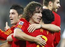 <p>Carles Puyol (centro) comemora gol com Xavi durante jogo contra a Alemanha nas semifinais da Copa do Mundo. Puyol tornou-se um herói improvável na vitória por 1 x 0 nesta quarta-feira, colocando a Espanha na final do Mundial. 07/07/2010 REUTERS/Jerry Lampen</p>