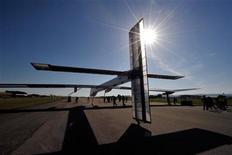 <p>El avión Solar Impulse HB-SIA aterriza luego de su primer vuelo nocturno en el aeropuerto Payerne, Suiza. Jul 8 2010. Un avión ultraliviano de enormes proporciones completó el primer vuelo nocturno propulsado únicamente por energía solar, dijeron el jueves los organizadores. REUTERS/Dominique Favre</p>