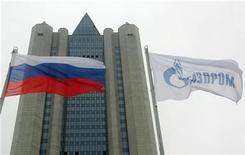<p>Здание офиса компании Газпром в Москве, 1 января 2006 года. Комитет Госдумы РФ по международным делам отказался направить законопроект о ратификации договора между Москвой и Вашингтоном о сокращении ядерного вооружения на рассмотрение парламента, ожидая ответных шагов от сената США и отложив вступление в силу СНВ-3, как минимум, до осени. REUTERS/Sergei Karpukhin</p>