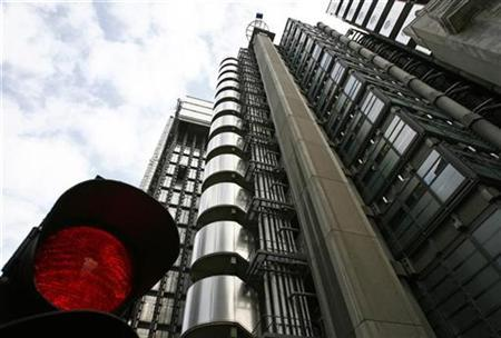 The Lloyds building is seen behind a temporary traffic signal in the city of London September 25, 2008. REUTERS/Andrew Winning