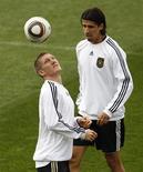 <p>O jogador alemão Bastian Schweinsteiger (à esquerda) e Sami Khedira durante treimo em Pretória, 9 de julho de 2010. O técnico da seleção alemã, Joachim Loew, teve que faltar ao treino e ficar na cama nesta sexta-feira. REUTERS/Ina Fassbender</p>