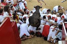 <p>Un toro salta sobre los españoles asistenes al Festival San Fermín, en Pamplona. Jul 9 2010. El tercer encierro de los Sanfermines 2010 el viernes fue el más largo de los celebrados hasta ahora, por el descuelgue de un toro que creó situaciones peligrosas en una carrera en la que al menos un mozo resultó herido de asta, según las primeras informaciones.</p>
