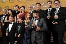 """<p>Foto de archivo de los integrantes de la serie """"Mad Men"""" con su galardón al Mejor Elenco durante los premios del Sindicato de Actores de Pantalla en Los Angeles, ene 23 2010. El servicio AT&TU-Verse amenazó con sacar del aire a la cadena AMC, que emite la serie dramática ganadora del Emmy """"Mad Men"""", justo antes del estreno de su cuarta temporada, en medio de una disputa del proveedor de cable con la cadena por tarifas de transmisión. REUTERS/Phil McCarten</p>"""