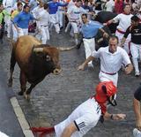 <p>Corredores del Festival San Fermín escapan de los toros en Pamplona. Jul 11 2010. Una persona resultó herida el domingo por asta de toro en el muslo durante el quinto encierro de los Sanfermines en España, muy masificado y protagonizado por la veterana ganadería de Miura. REUTERS/Vincent West</p>
