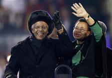 <p>O ex-presidente da África do Sul Nelson Mandela e sua esposa, Graca Machel, acenam para a multidão no estádio Soccer City, na cerimônia de encerramento da Copa do Mundo de 2010 em Johanesburgo, 11 de julho de 2010. REUTERS/Michael Kooren</p>