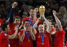 <p>Футболисты сборной Испании держат Кубок мира, 11 июля 2010 года. Сборная Испании по футболу впервые в своей истории стала чемпионом мира, обыграв в финальном матче Нидерланды со счетом 1-0.</p>