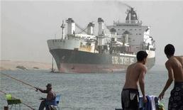 <p>Грузовое судно плывет по Суэцкому каналу в египетском городе Исмаилия, 25 марта 2008 года. Египет планирует построить туннель под Суэцким каналом, вложив в строительство $1 миллиард, и начнет поиск источников финансирования после принятия решения о дизайне объекта. REUTERS/Stringer</p>