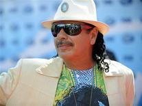 <p>Guitarrista Carlos Santana, que pediu a baterista de sua banda em casamento. 20/05/2009 REUTERS/Phil McCarten</p>