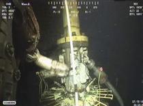 <p>Кадр видеосъемки, где устанавливается герметизирующая система над поврежденной скважиной в Мексиканском заливе 12 июля 2010 года. Нефтяная компания BP установила над поврежденной скважиной в Мексиканском заливе сдерживающее устройство, способное полностью остановить утечку нефти.REUTERS/BP/Handout</p>