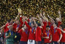 <p>منتخب اسبانيا بعد فوزه بكأس العالم في جوهانسبرج في جنوب افريقيا يوم الاحد. تصوير: جيري لامبين - رويترز</p>